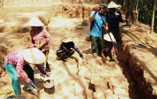 Người dân địa phương cùng nhà khoa họcthực hiện việc khai quật. Ảnh: Hạ Lý.