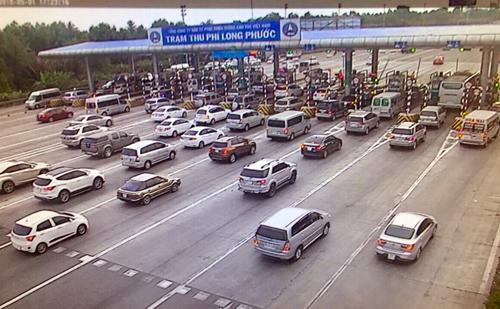 Người dân ùn ùn trở lại Sài Gòn, phà Cát Lái quá tải