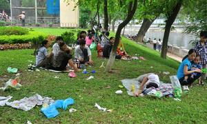 Rác thải tràn lan trong công viên ngày nghỉ lễ