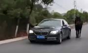 Tài xế Trung Quốc lái BMW dắt ngựa đi dạo