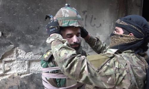 IS buộc thuốc nổ quanh mũ chống đạn của binh sĩ Syria. Ảnh: News Week.
