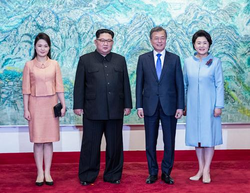Lãnh đạo Triều Tiên - Hàn Quốc cùng hai phu nhân chụp ảnh tại Nhà Hòa bình. Ảnh: Yonhap