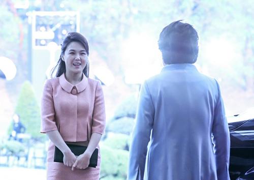 Đệ nhất phu nhân Hàn Quốc Kim Jung-sook chào đón người đồng cấp nồng nhiệt trong chiếc váy màu xanh lơ.