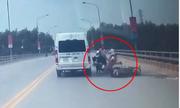 Suýt bỠôtô cán vì tông vào xe máy quay Äầu trên cầu