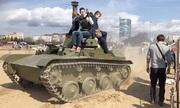 Khách tham quan Nga thoát chết dưới bánh xe tăng T-60