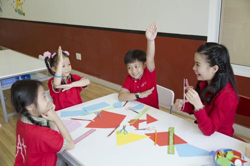 Phương pháp giảng dạy lồng ghép chủ đề thực tiễn giúp trẻ học Toán dễ hơn, vui hơn, không thấy chán.