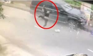 Xe máy chở ba người sang đường ẩu bị ôtô hất tung