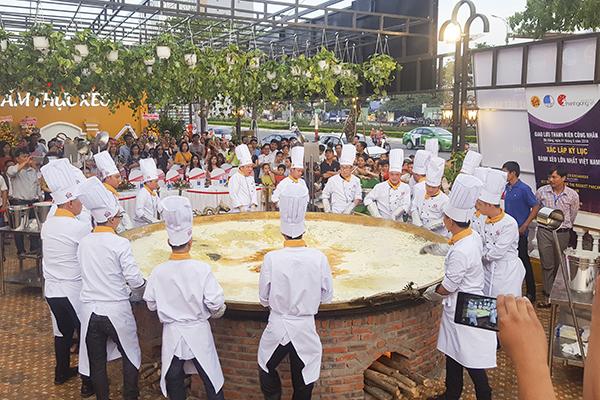 Các đầu bếp hoàn thành chiếc bánh xèo đường kính gần 3,7m trong 5 giờ đồng hồ. Ảnh: N.T.