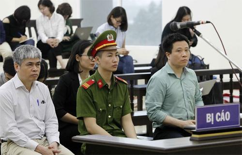 Bị cáo Hà Văn Thắm vàNguyễn Xuân Sơn ngồi ở hàng ghế đầu.Ảnh: TTXVN