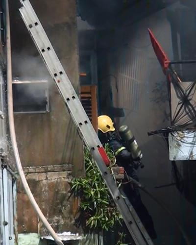 Lính cứu hỏa tiếp cận căn nhà cháy để dập lửa. Ảnh: Tin Tin