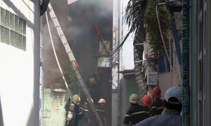 Nhà trong hẻm Sài Gòn bốc cháy, hàng trăm người náo loạn
