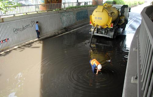 Công ty Thoát nước cho xe chuyên dụng hút nước ra ngoài. Ảnh: Duy Trần