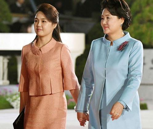 Bà Ri và bà Kim tại buổi tiệc. Ảnh: Reuters.