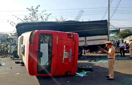 Hiện trường vụ tai nạn giữa ôtô khách và xe tải. Ảnh: Khánh Hương.