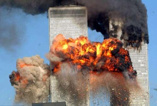 Máy bay bị không tặc khống chế đâm vào toà tháp đôi Trung tâm thương mại Thế giới ở New York hôm 11/9/2001. Ảnh: AFP.