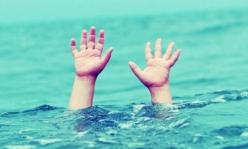 Hai học sinh bị sóng cuốn tử vong khi tắm biển ngày lễ