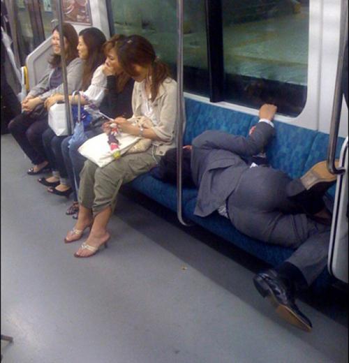 Có 4 người đẹp kế bên mà vẫn ngủ được cơ à.