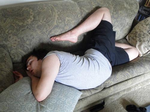 Khi cơn buồn ngủ lấn áp mọi quy củ.
