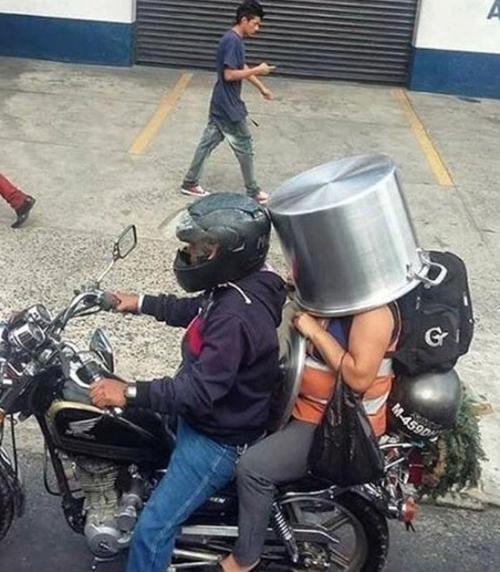 Mũ bảo hiểm thế này thì mới an toàn.