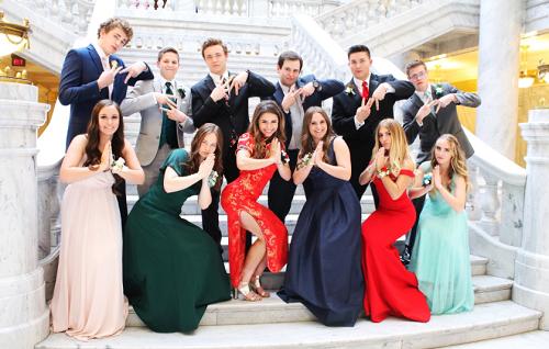 Nữ sinh Mỹ gây tranh cãi vì mặc sườn xám dự dạ hội