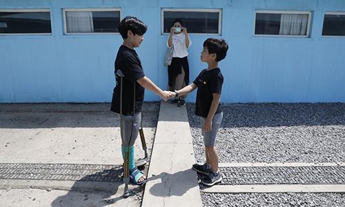 Du khách Hàn Quốc tái hiện cảnh lãnh đạo liên Triều bắt tay