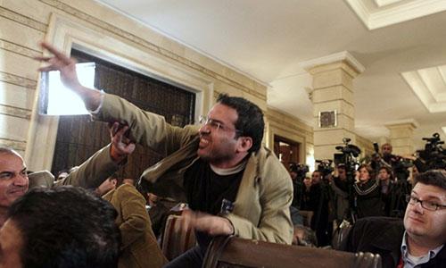 Muntadhar al-Zaidi ném giày vào cựu tổng thống George Bush tại một cuộc họp báo ở Baghdad, Iraq vào tháng 12/2008. Ảnh: Washington Post.