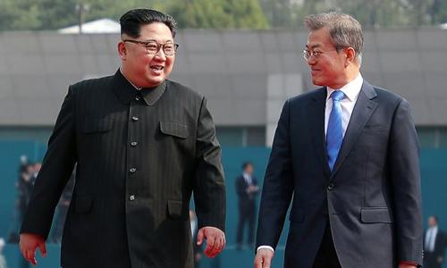 Lãnh đạo Triều Tiên Kim Jong-un, trái, và Tổng thống Hàn Quốc Moon Jae-in, trong cuộc gặp ngày 27/4. Ảnh: AFP.