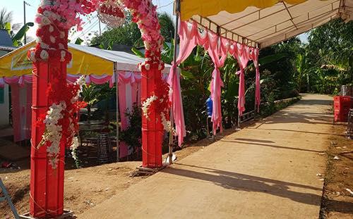 Lễđính hôn đượcnhà gáidựng rạp to như một đám cưới. Ảnh: H.P.