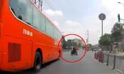 Xe máy bỠôtô tông vÄng vào gầm taxi vì rẽ trái ẩu