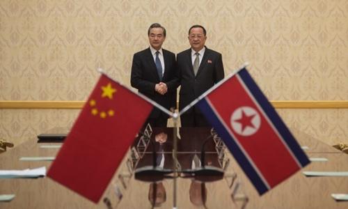Ngoại trưởng Trung Quốc Vương Nghị (trái) và người đồng nhiệm Triều TiênRi Yong-ho tại Bình Nhưỡng ngày 2/5. Ảnh: AFP.