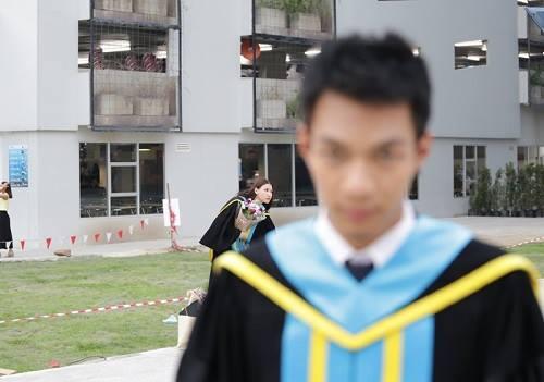 Chàng sinh viên Thái Lan trở thành nhân vật mờ nhạt trong chính ngày tốt nghiệp của mình.