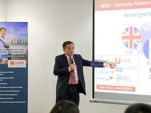 Dr. Eric Kuan - Hiệu trường trường MDIS thuyết trình.