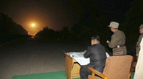 Ông Kim Jong-un quan sát một vụ phóng thử tên lửa Triều Tiên năm 2017. Ảnh: KCNA.