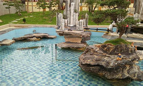 Trong khuôn viên, ông Công cho làm bể bơi, tạo hòn non bộ và nhiều hạng mục khác dù chưa được cấp phép. Ảnh: Lam Sơn.