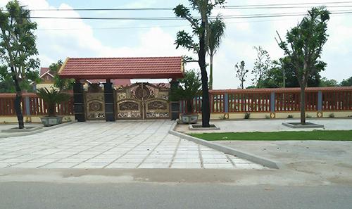 Khu đất hơn 5.000m2 được xây tường bao xung quanh, giáp mặt đường 217 là cánh cổng lớn, bề thế. Ảnh: Lam Sơn.