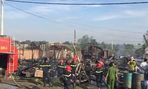 Cháy rụi 50 phòng trọ của công nhân ven Sài Gòn