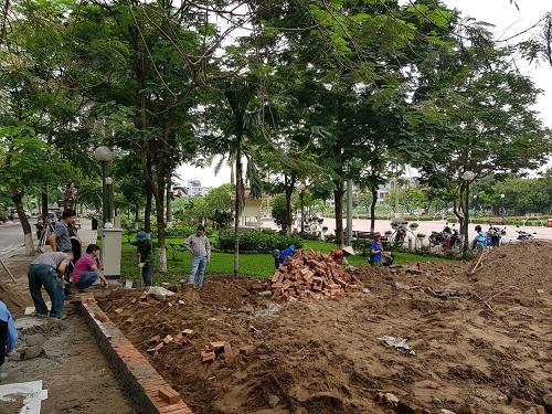 Công nhân đang hoàn thiện một số hạng mục tại phố đi bộ Trịnh Công Sơn vào sáng 5/4. Ảnh: Gia Chính