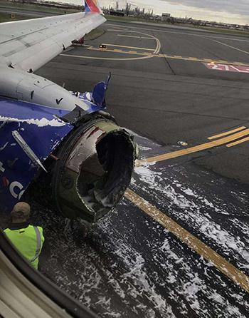 Đông cơ và nhiều bộ phận khác của máy bay bị hư hại nặng sau vụ nổ. Ảnh: PA