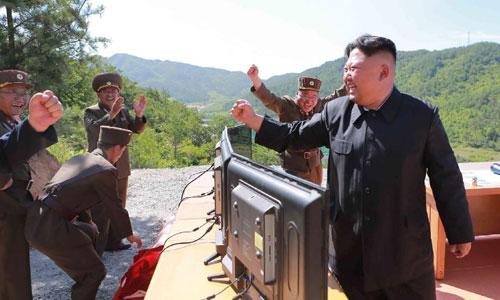 Kim Jong-un và các tướng quân đội Triều Tiên vui mừng sau một vụ thử tên lửa thành công. Ảnh: KCNA.