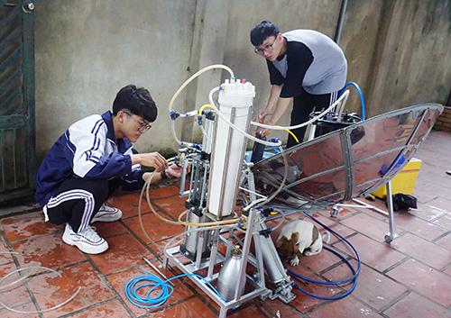 Mai Nhật Anh (bên trái) và Phùng Văn Long đang xem lại dự án trước lúc chuẩn bị cho phỏng vấn lần ba. Ảnh: Hải Bình.