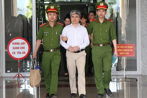 Ông Nguyễn Xuân Sơn được dẫn giải khỏi tòa sau khi tuyên án chiều 4/5. Ảnh: Phạm Dự.
