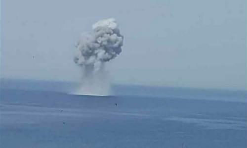 Chiếc Su-30SM của Nga đâm xuống biển. Ảnh: Twitter.