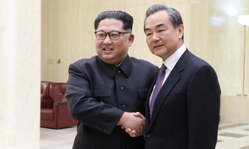 Lãnh đạo Triều Tiên Kim Jong-un (trái) tiếp đón Ngoại trưởng Trung Quốc Vương Nghị tại Bình Nhưỡng ngày 2/5. Ảnh: Xinhua.