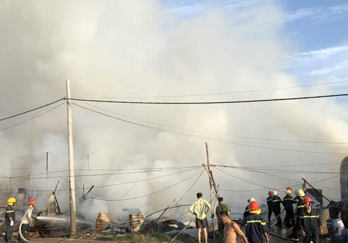 Khu lán trại tạm cháy rụi sau hỏa hoạn. Ảnh: Tin Tin