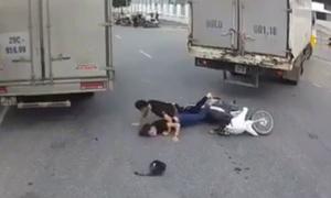 Hai 'quái xế' đánh võng xe máy ngã úp mặt xuống đường