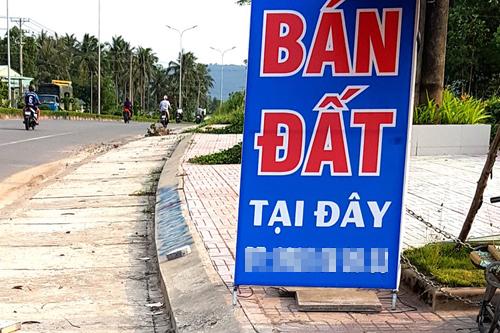 Hàng nghìn áp phích rao bán đất được treo tại các tuyến đường ở Phú Quốc. Ảnh: Phúc Hưng.
