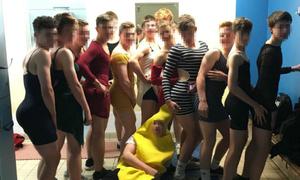 Mặc váy bó đến trường, nhóm nam sinh xứ Wales bị phạt