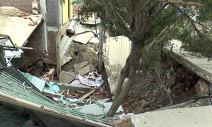 Nhà trên đê bị sập khi đang xây dựng ở Hà Nội