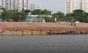 Sà lan nghìn tấn lật úp trên sông Sài Gòn