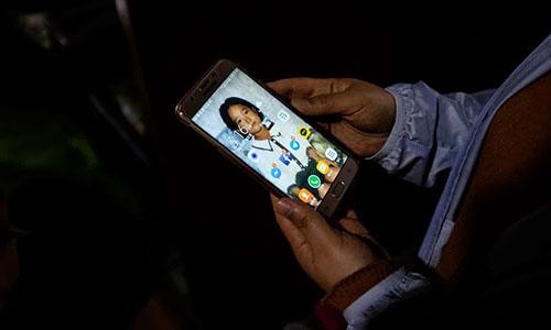 Điện thoại di động của bàKim Ryon-hui có hình nền là ảnh của con gái thời thơ ấu. Ảnh: Guardian.